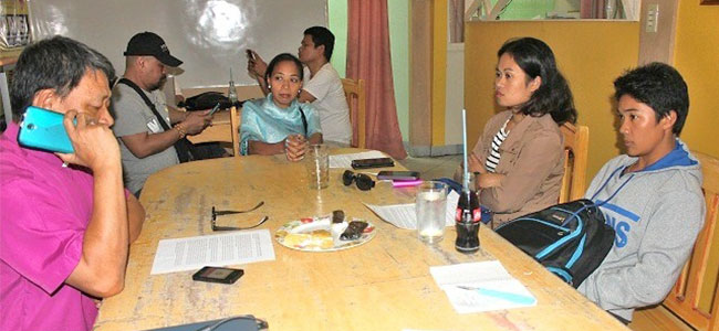 CALL FOR HELP. Bishop Felixberto Calang (extreme left) of the Iglesia Filipina Independiente meets with Stephanie Natividad (second from right), wife of PO2 Anthony Natividad of the Kalilangan town police who was seized by communist rebels in Dominorog, Talakag in Bukidnon on Feb. 9. Looking on are other relatives of the officer who have sought Calang's help. (PHOTO BY NITZ ARANCON)