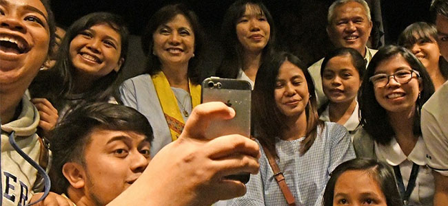 Xavier University students have a selfie with Vice President Leni Robredo (center) on Monday. Robredo was the guest of the university during its social development week celebration. Mayor Oscar Moreno is at the back. (PHOTO BY FROILAN GALLARDO)